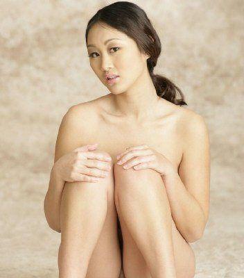"""家住洛杉矶的陈姓华裔女子近期拍摄的""""人体艺术照"""",正在网上疯传。(美国《世界日报》/照片经该报裁剪)"""